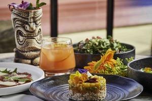 【東涌美食】東涌新開熱帶風情露台餐廳Cabana Breeze!生蠔海鮮塔/圖騰杯Cocktail/可帶寵物