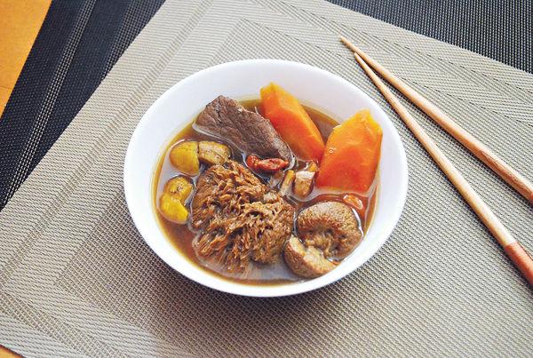 新春保健湯:猴頭菇紅蘿蔔瑤柱瘦肉湯