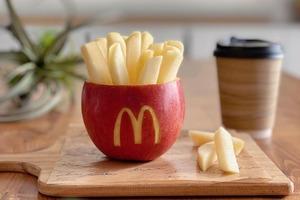 【麥當勞美食】日本達人將蘋果雕刻成麥當勞薯條   造型超逼真/減肥人士必備!