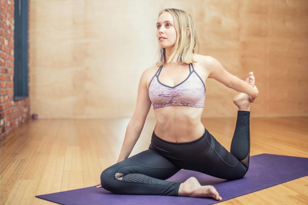 【去水腫運動】常常久坐不動導致有水腫型偽肥腿? 瑜伽導師教你2個伸展動作有效去水腫練成修長美腿
