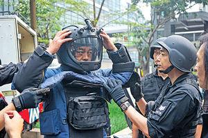 封鎖灣仔街頭拍大場面 劉青雲揹70磅裝備爆汗拆彈