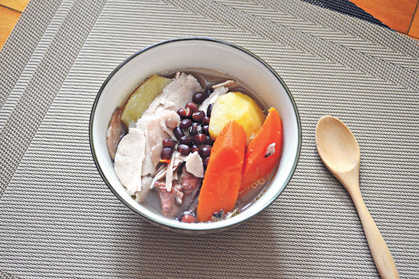 健脾胃湯:茯苓紅豆紅蘿蔔薯仔煲豬尾