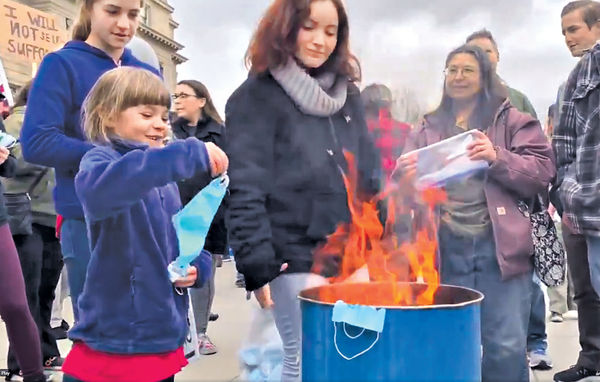 美保守派家長反強制令 教子女公開燒口罩