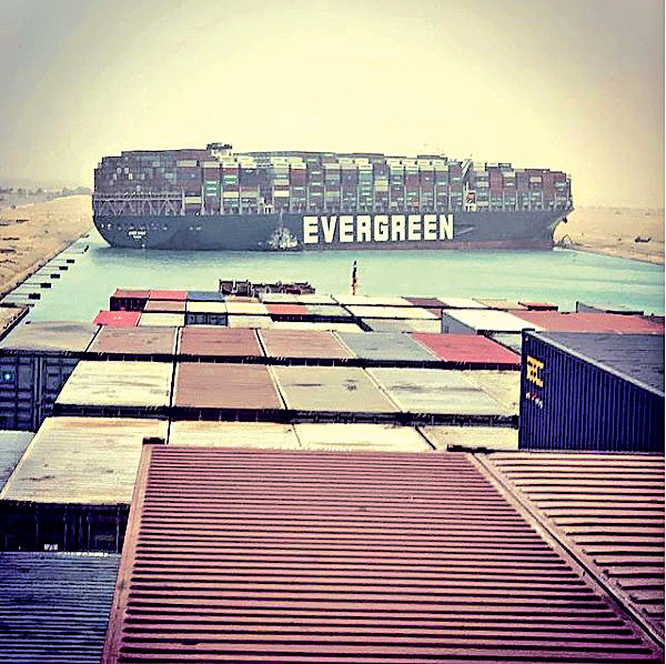 台貨櫃輪蘇彝士運河擱淺 百船堵塞