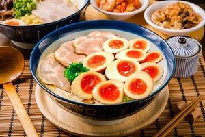 【台灣美食】台灣日式拉麵店推「狂暴膽固醇拉麵」   豚骨湯拉麵配上10個切半溏心蛋!