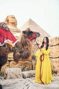 溫碧霞「環遊世界」拖駱駝散步