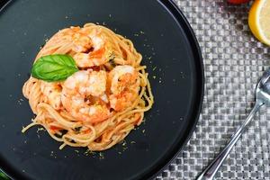 【番茄食譜】15分鐘快速完成!懶人版西式經典料理 一鍋到底番茄羅勒大蝦意粉食譜
