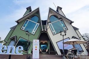 【韓國Cafe】韓國人氣傾斜打卡Cafe   門窗全部打斜玩味十足!