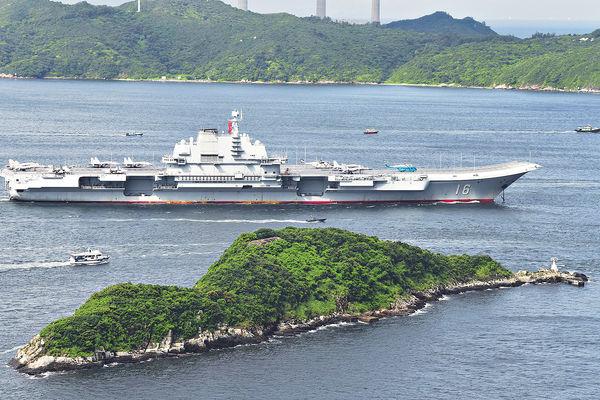 「遼寧號」航母 近距與美驅逐艦並行
