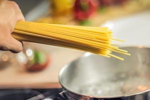 【煮麵】煮麵經常變得太軟爛無口感? 4大秘技煮出完美Q彈麵條