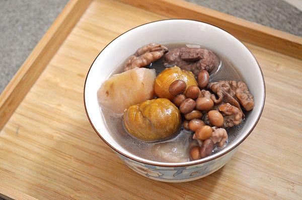 護眼湯水︰合桃栗子薯仔黃豆排骨湯