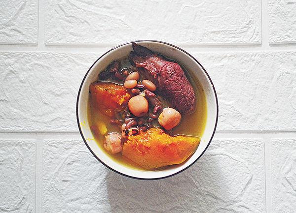 穀雨湯水︰南瓜蓮子芡實赤小豆豬𦟌湯