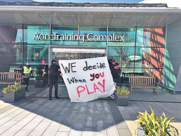 不滿班主加入歐超聯 曼聯迷闖訓練場示威