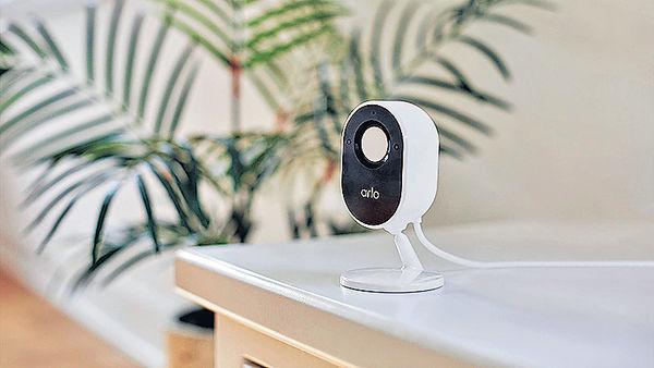 Arlo Essential室內攝影機 內置「自動隱私保護盾」
