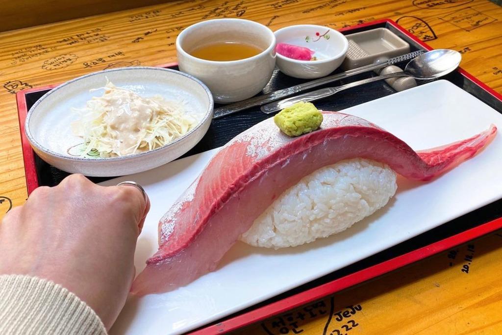 【韓國美食】韓國濟州島人氣壽司店!熱賣超巨型油甘魚/比目魚壽司