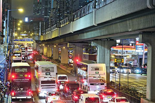 觀塘勁塞車 主幹道車流10年增5成 上落客貨位不足 違泊嚴重