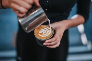 【咖啡師】10件1秒激嬲咖啡師的事 攪爛拉花圖案/捏碎咖啡豆/太久才喝