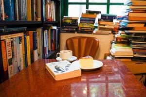 【西環Cafe】西環半山區人氣二手書店Cafe    劇集《二月廿九》取景地/英倫風似足斜角巷!