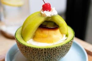 【日本打卡甜品2021】日本Cafe超足料原個蜜瓜芭菲甜品 雞蛋布丁/雲呢拿雪糕/檸檬啫喱/海綿蛋糕夾心