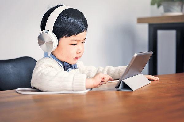 8成家長稱常上網課 損子女健康 太依賴電子產品 收起易發脾氣