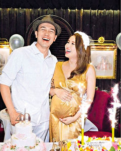 楊洛婷挺巨肚慶生 老公讚依然像30歲