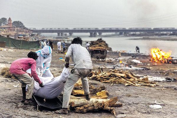 印度地方官員首認 新冠亡者遺體被拋入恒河