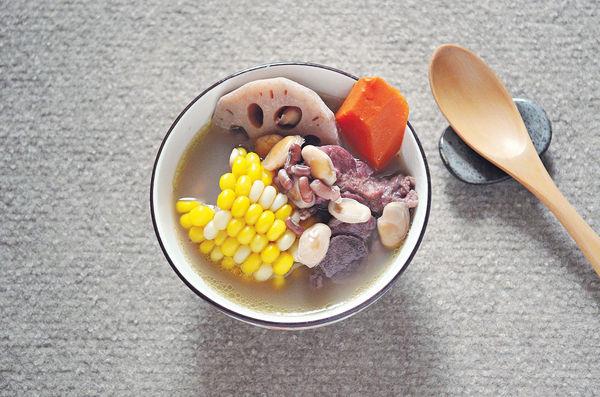 小滿湯水︰蓮藕粟米紅蘿蔔赤小豆排骨湯