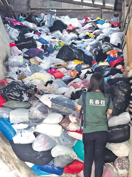 疫下二手衫難出口 環團「爆倉」 有人亂放回收箱外 自費回收亦增