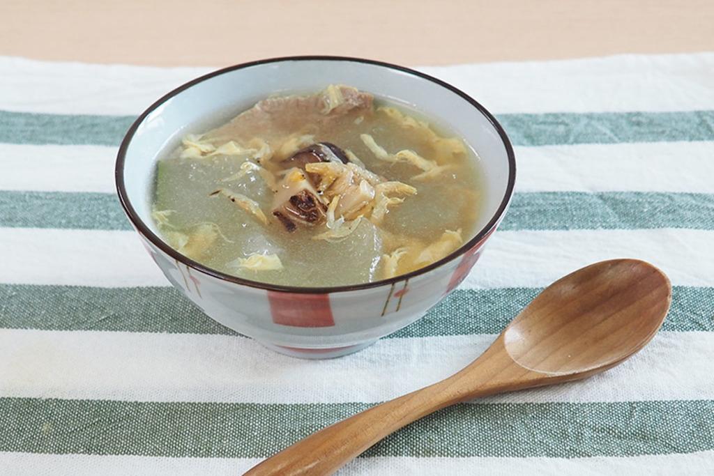 【夏天湯水】30分鐘滾冬瓜湯食譜!清熱消暑、去濕利尿  蛋花薏米冬菇冬瓜湯