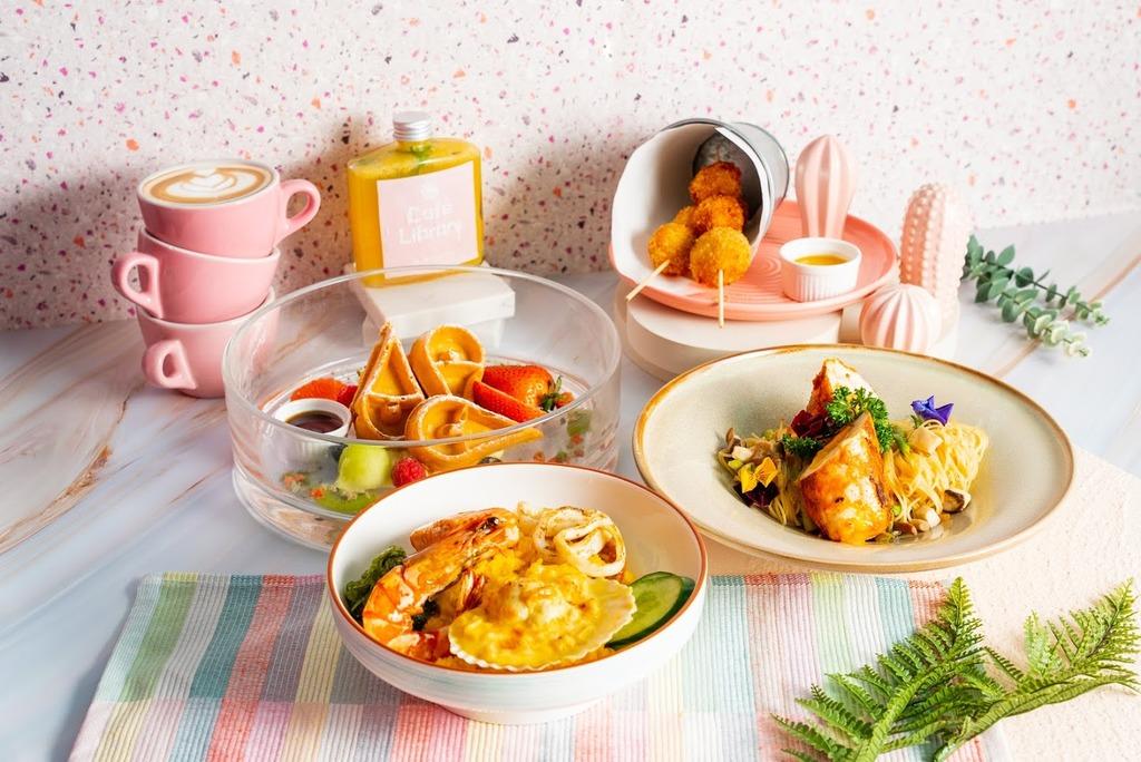 【沙田Cafe】沙田新開粉紅色打卡Cafe CaféLibrary!流心玉子雞捲冷天使麵/牛角包窩夫伴雪糕/青花瓷奶蓋