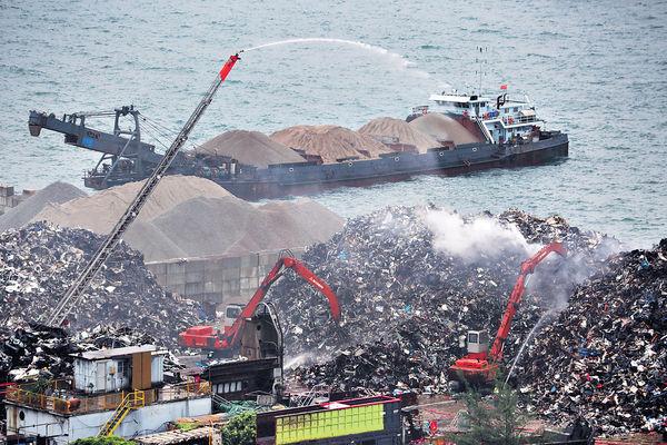 青衣回收鐵廠起火 燒近5小時救熄