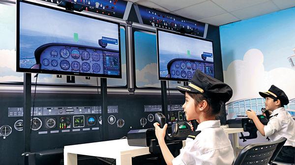 「翱·飛行」活動 模擬機艙學習航空知識