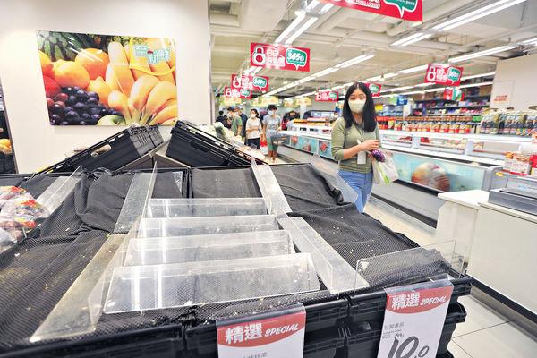 4日兩掛8號波 市民搶購食品 菜價漲逾倍 料要捱貴菜1周