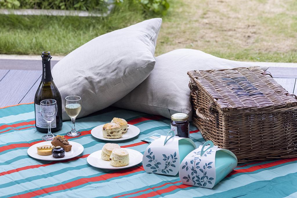 Fortnum & Mason推出全新野餐用品 打卡湖水綠系列!野餐墊/保溫袋/便當袋